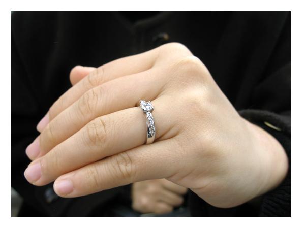 お嫁さんに着けていただいた婚約指輪