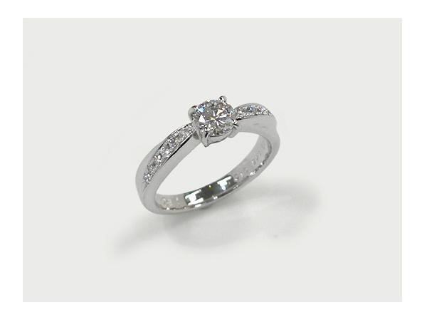 お母さまからお嫁さんに受け継がれる婚約指輪